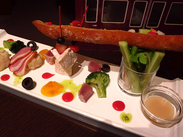 Mのディナー  うめだ阪急本店レストランフロアのシンボル的ダイニング!  梅田  「ダイニング&バー 美味旬菜」