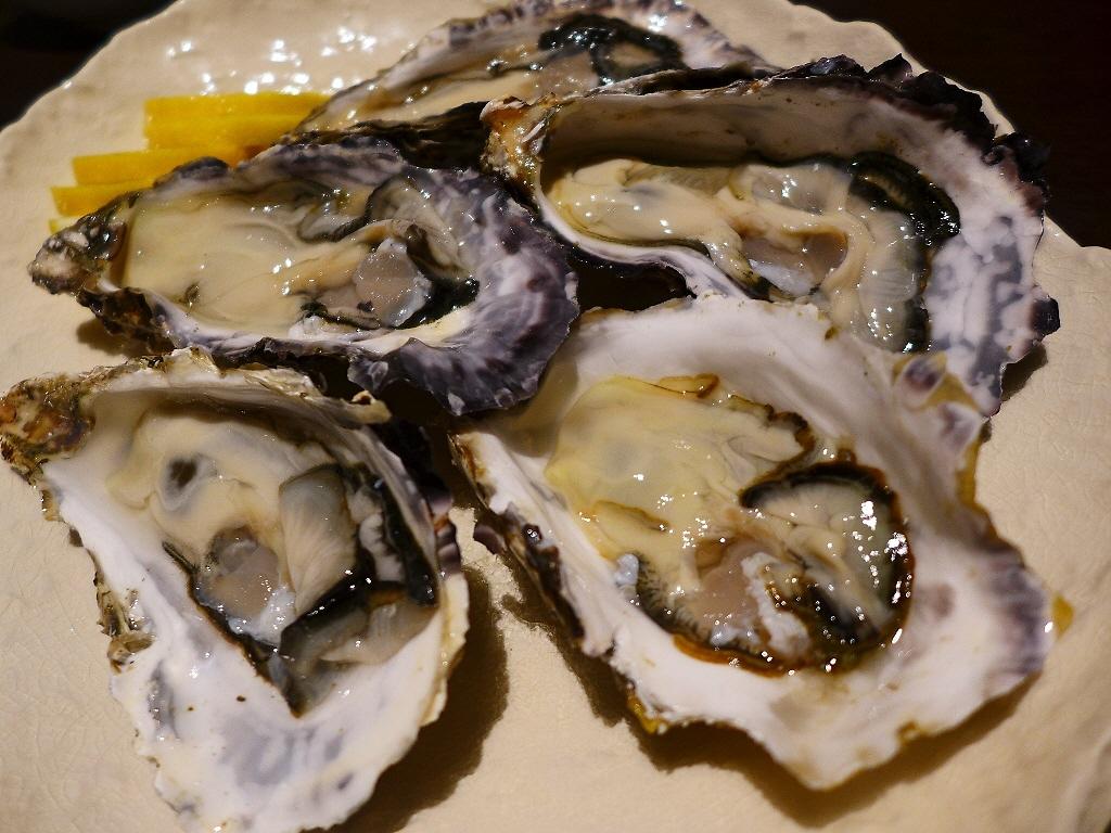 Mのディナー カープ一色の店内で広島県直送の鮮度抜群の生牡蠣がいただけます! 天満橋 「鉄板居酒屋 こんご」