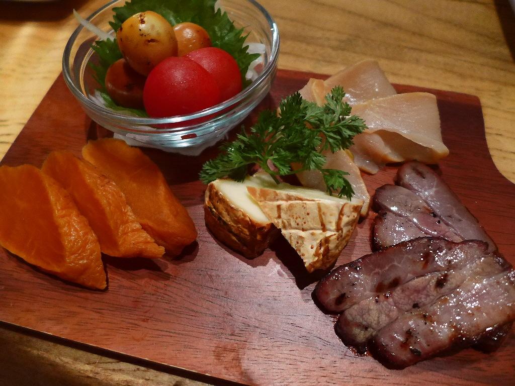 Mのディナー オリジナリティ溢れる様々な鶏料理がリーズナブルにいただけます! 心斎橋 「鶏バル ばっかなーれ」