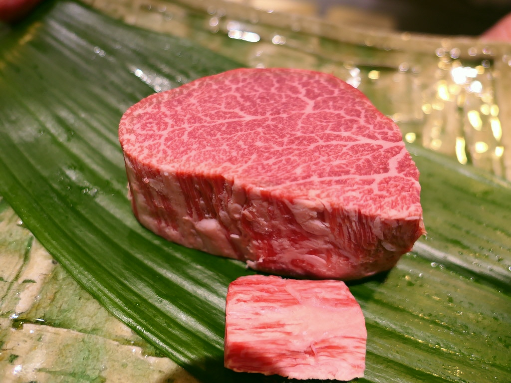 Mのディナー お肉の全てを知り尽くした超ベテランシェフによる感動的に旨いステーキがいただける会員制の高級ステーキハウス 北新地 「肉処 たまい」